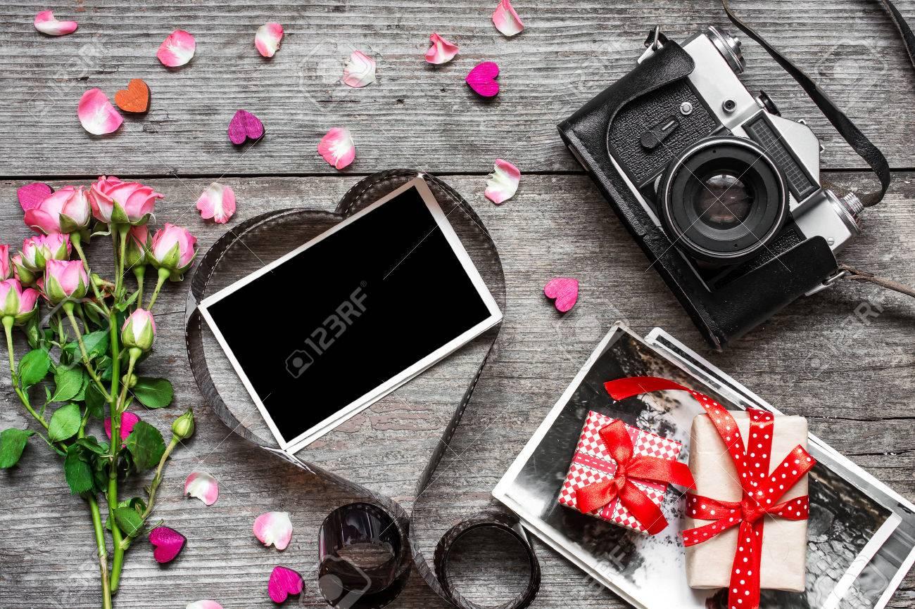 Valentinstag Hintergrund. Retro-Kamera Und Leere Bilderrahmen In ...