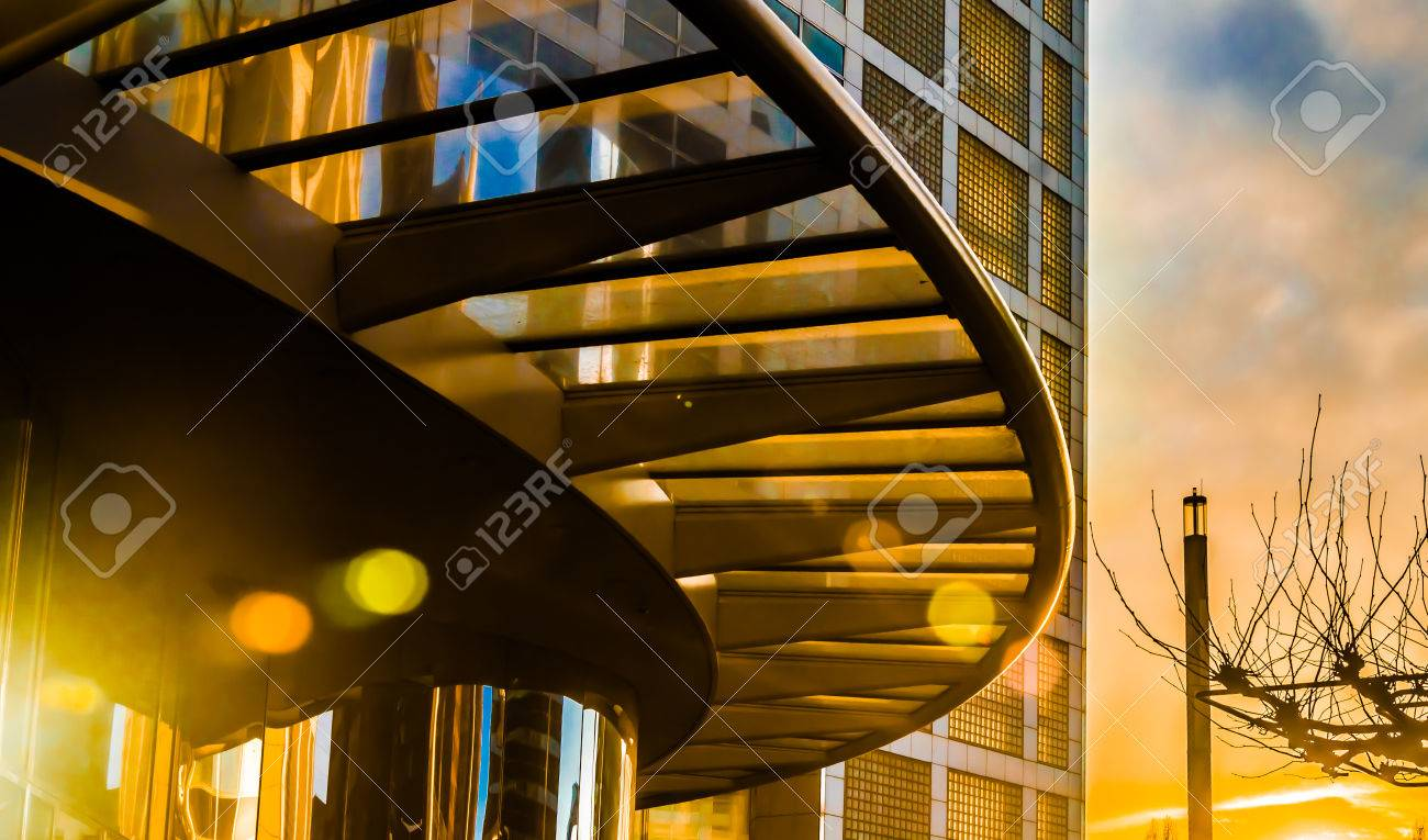 Arc verrière du bâtiment moderne au coucher du soleil coloré, La Haye, Pays-Bas Banque d'images - 28066912