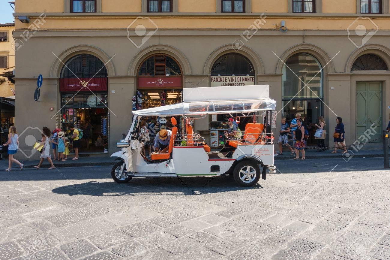 Voiture touristique blanche à Florence, touristes à la grande place de Florence Banque d'images - 86513707