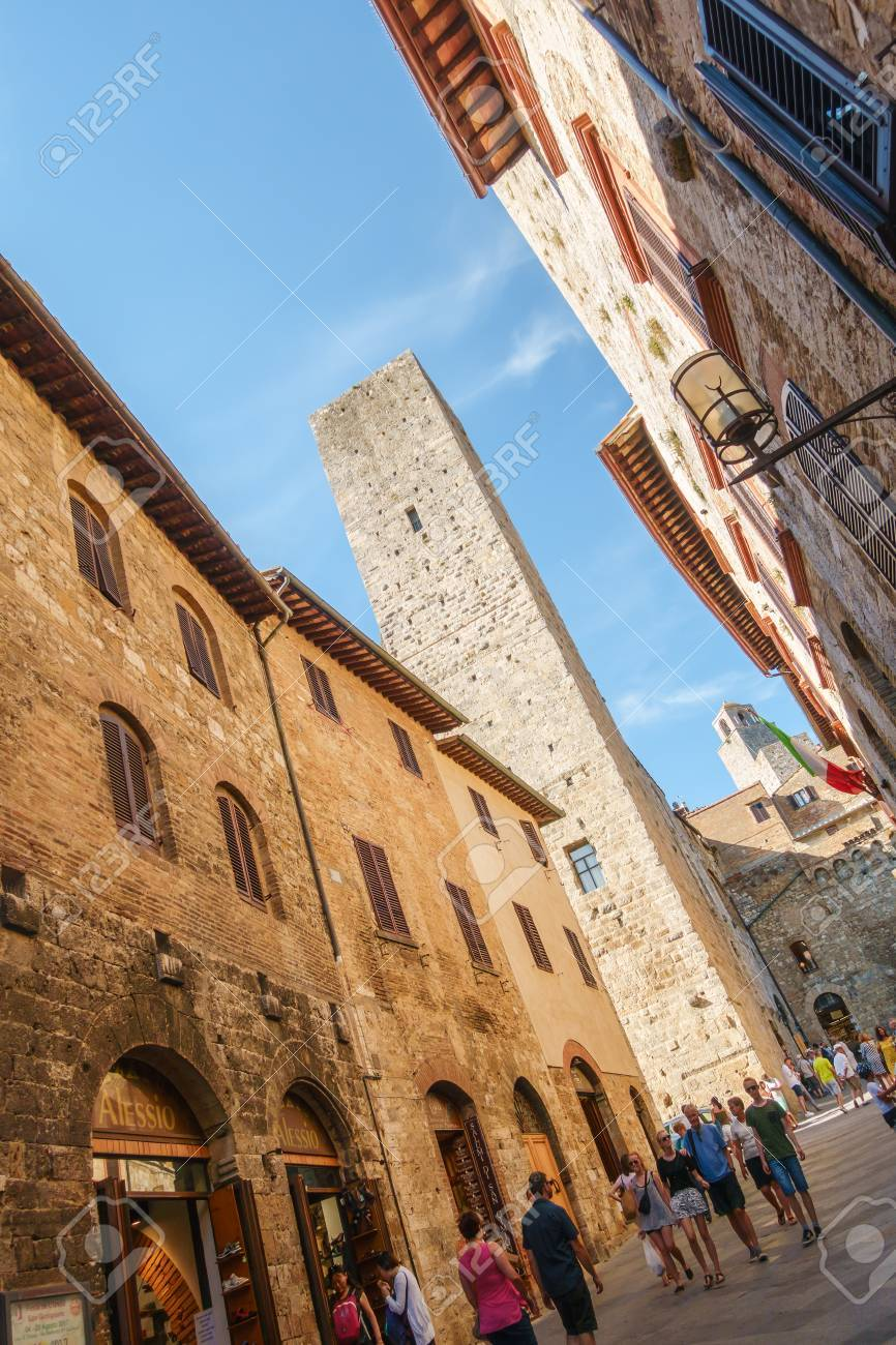 Main street and  big tower in the medieval town of San Gimignano, Siena, Siena Province, Tuscany, Italy Banque d'images - 86460406
