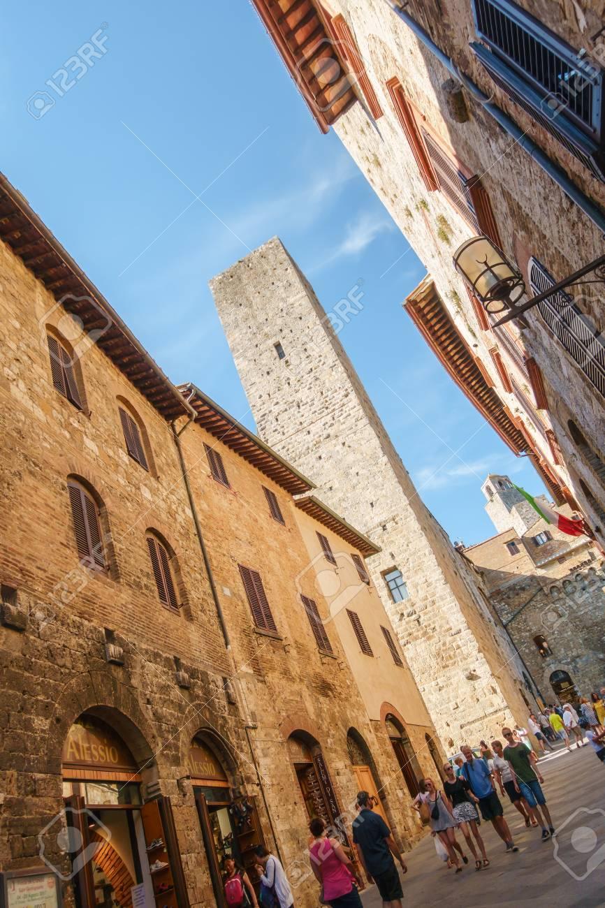 Rue principale et grande tour dans la ville médiévale de San Gimignano, Sienne, Province de Sienne, Toscane, Italie Banque d'images - 86460406