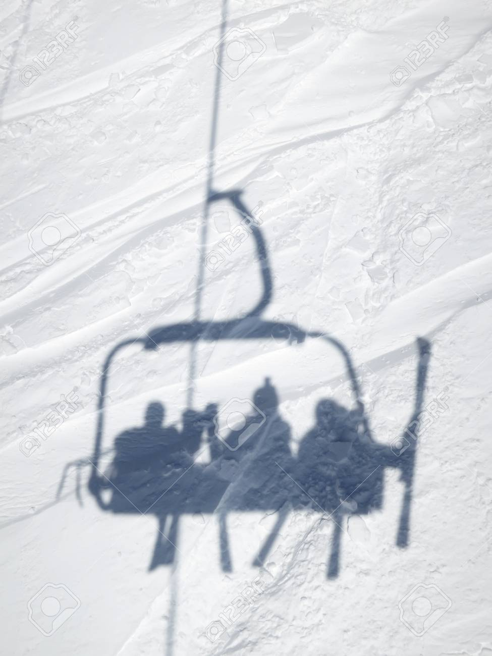 Shadow of skiers in ski lift chair, Val Thorens, France Banque d'images - 95325278