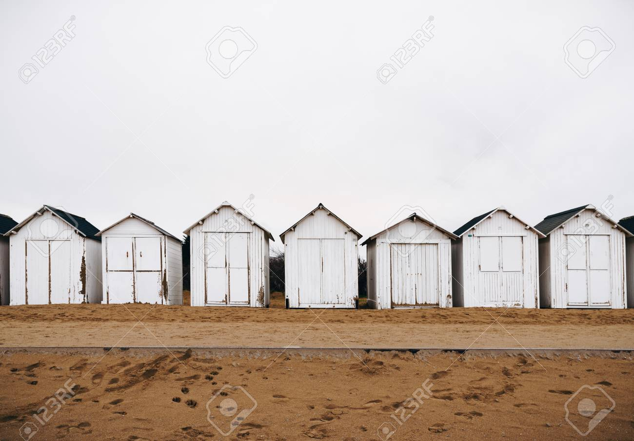 White bathing beach houses, cabins in a row on the beach Banque d'images - 95286620