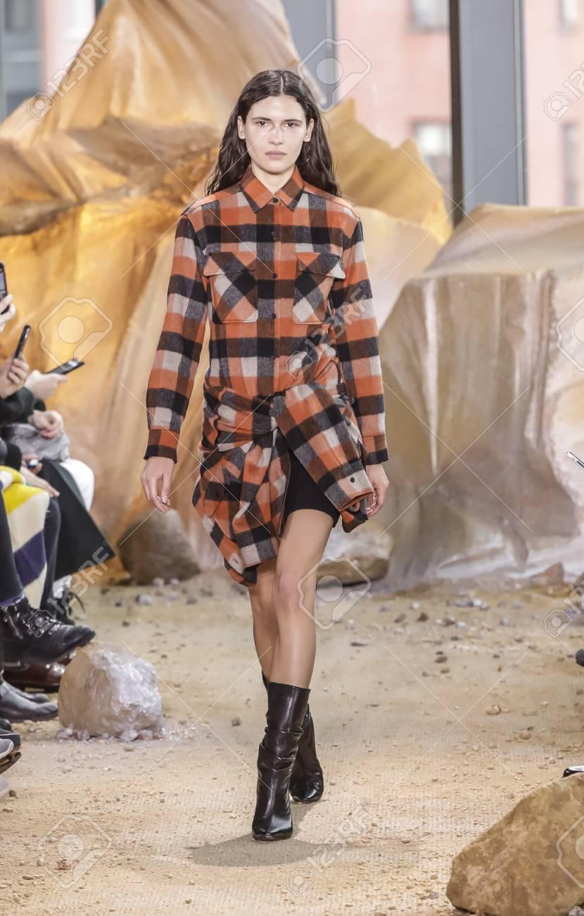 Lors De Unis Automne 2017 Collection Modèle Lacoste Défilé Pour YorkNyÉtats Piste Hiver Week Marche Fashion La New 11 Février2017Un QrxCdtsh