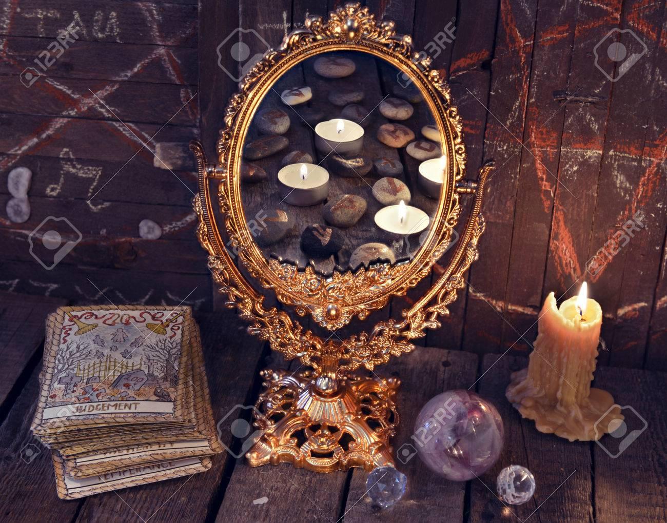 065a6434615 Miroir magique avec des cartes de Tarot et des bougies allumées. Fond  d'Halloween, rite ou sort magique noir, objets occultes et ésotériques sur  ...