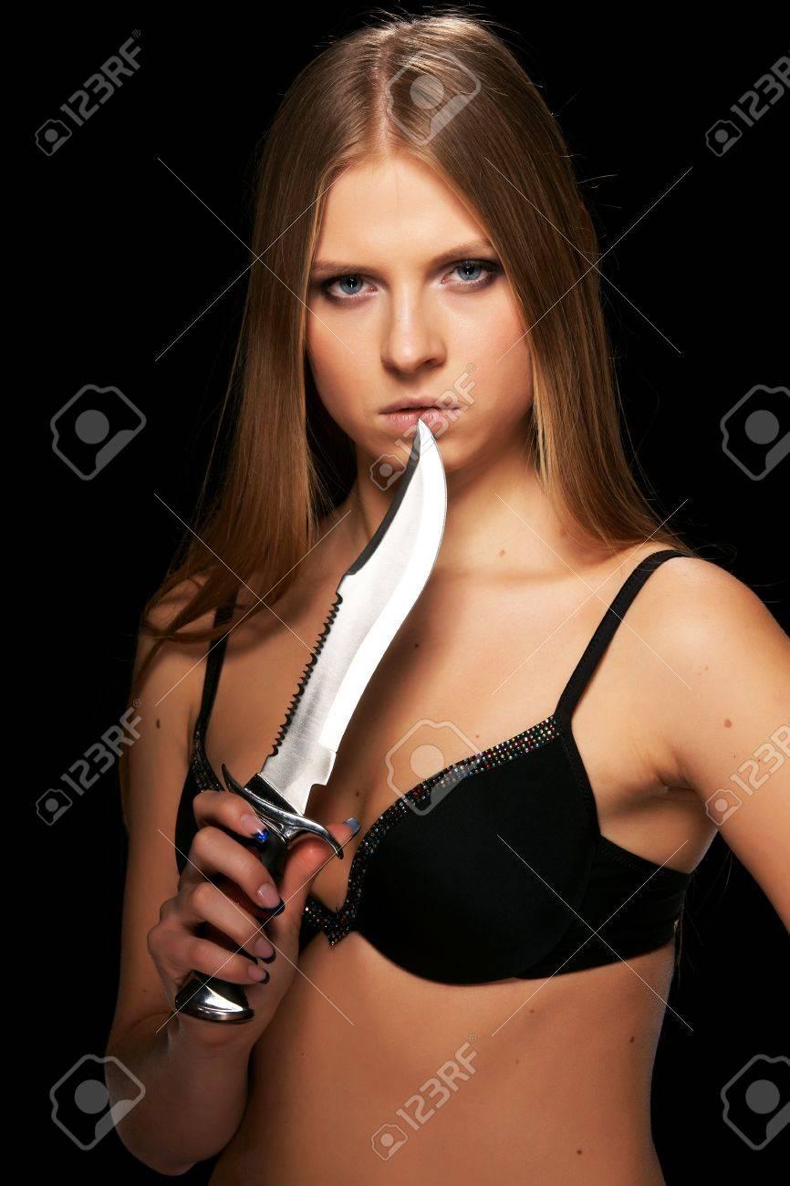 Фото девушка с кинжалами