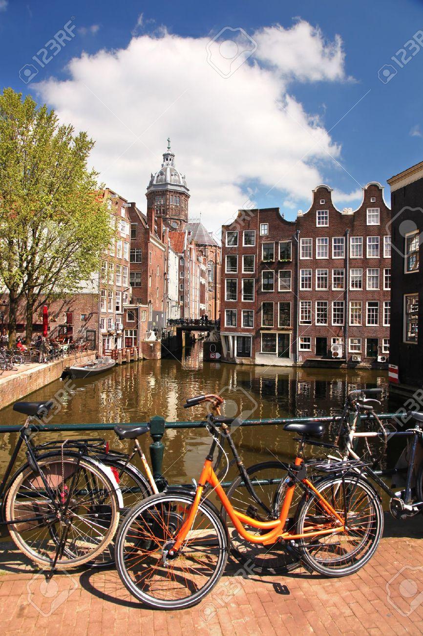 amsterdam con bicicletas en el puente sobre el canal en holanda foto de archivo