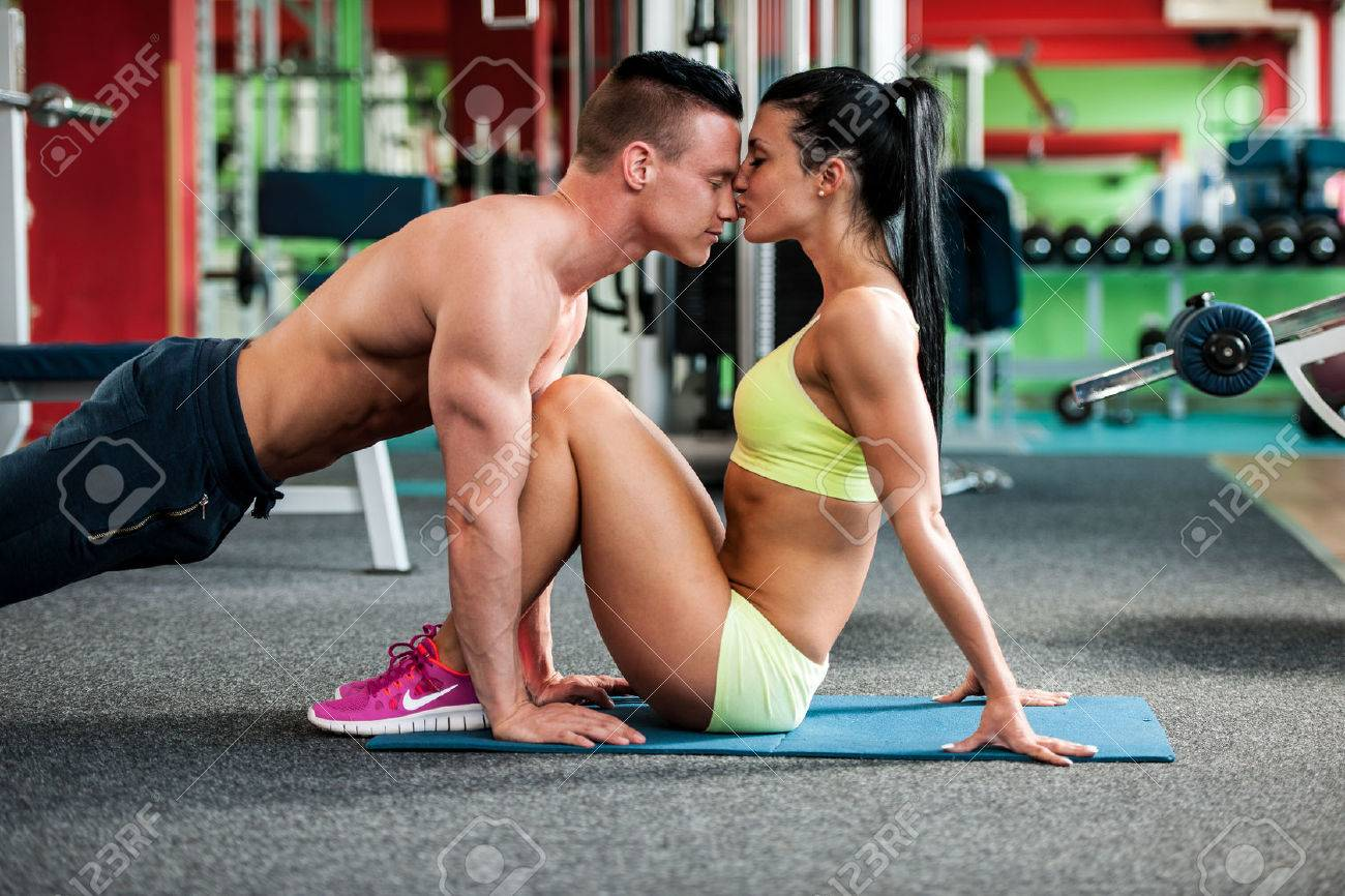 Fitness youple workout - fit mann and woman train in gym Stock Photo - 43692001
