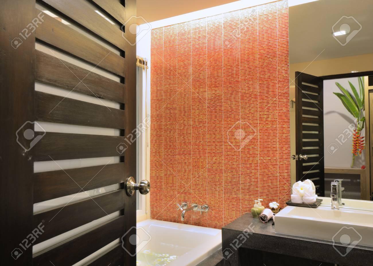 Luxus-Badezimmer Interior Design Für Das Moderne Leben Stil ...