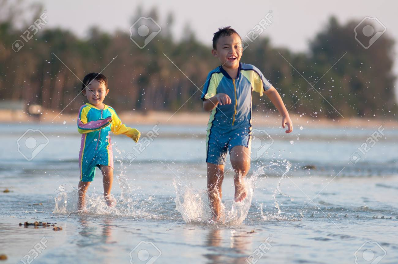 Costume Da Bagno Ragazzo : Carino ragazzo asiatico con attività di costume da bagno foto