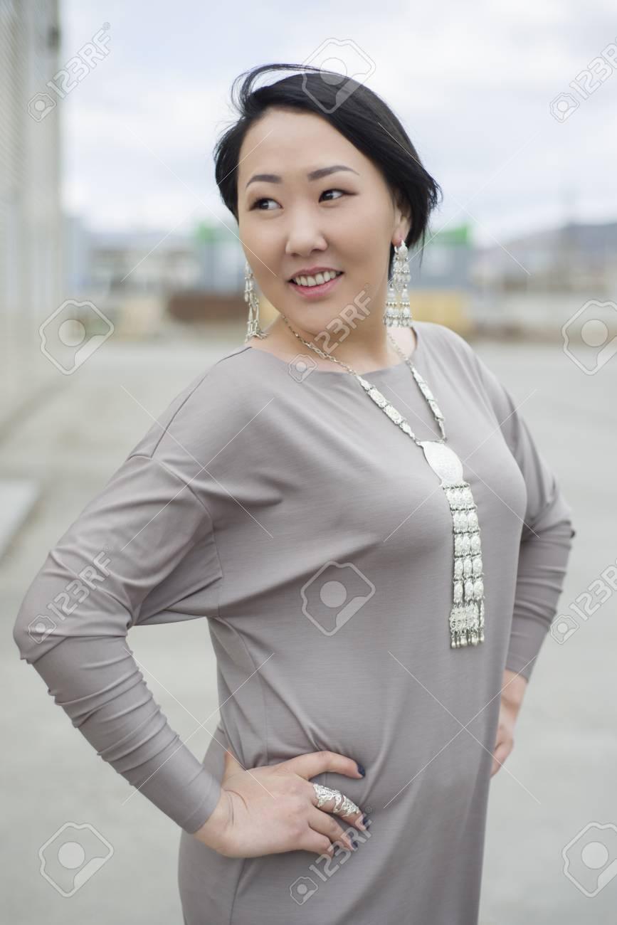 Belle Japonaise La Fille Dans La Cour De Sa Maison Smaile En