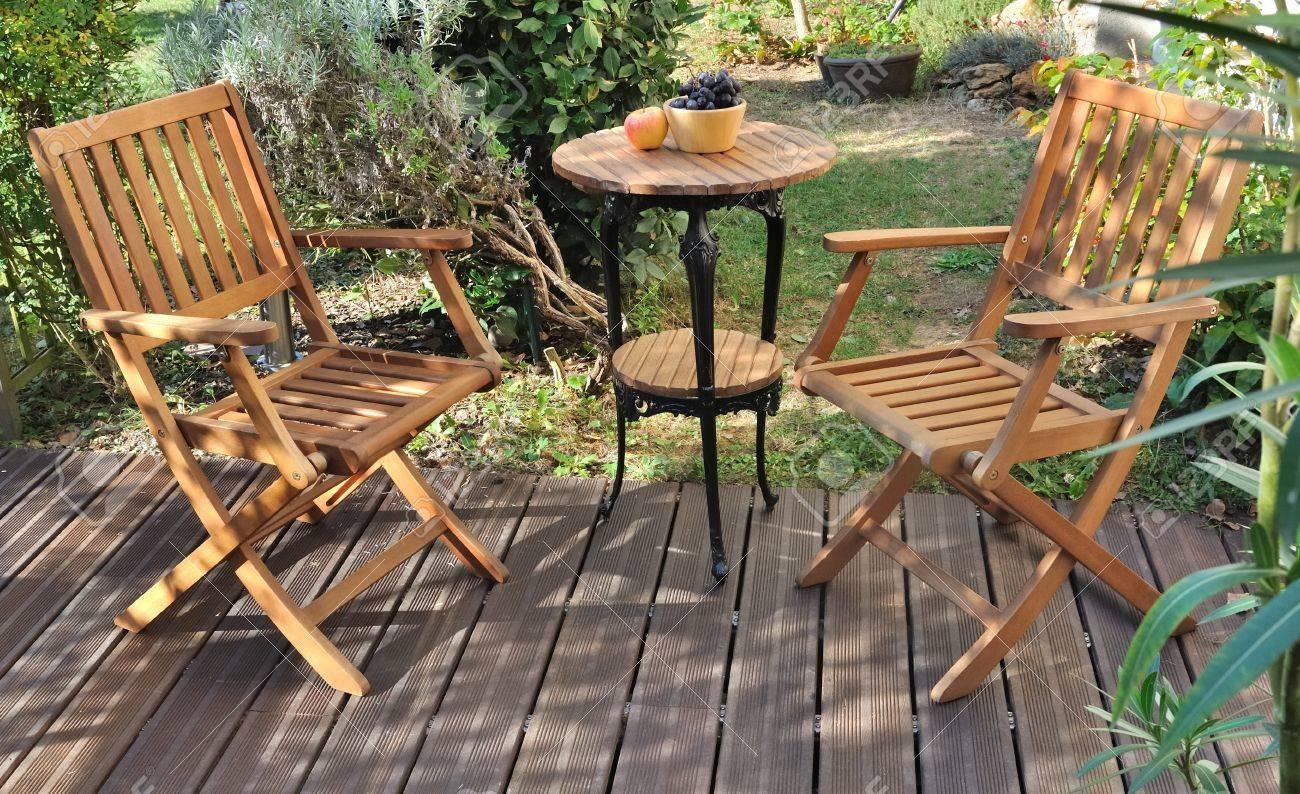 Muebles De Jardín En La Terraza De Madera
