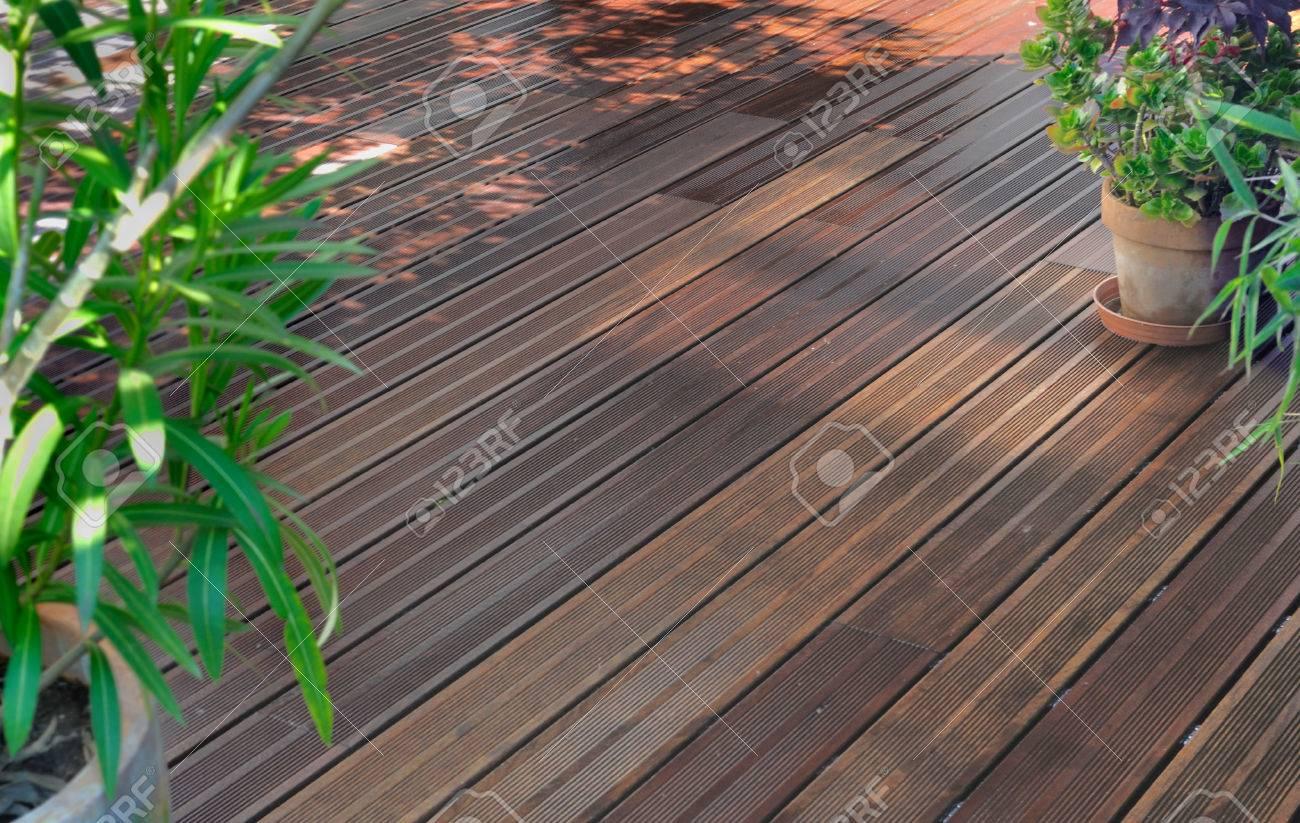 Terraza De Madera Jardín Después De La Limpieza