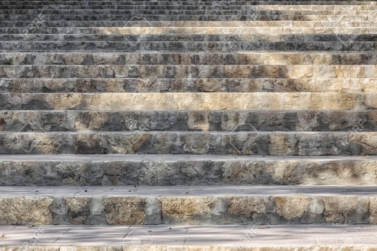 treppenstufen aus stein, die nach oben führen lizenzfreie fotos