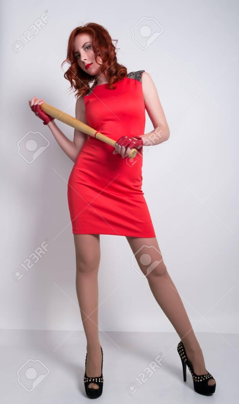 Legante Jeune Femme Rousse En Petite Robe Rouge Et Gants En Cuir Rouge Brandissant Une Batte De Baseball Banque D Images Et Photos Libres De Droits Image 55357499