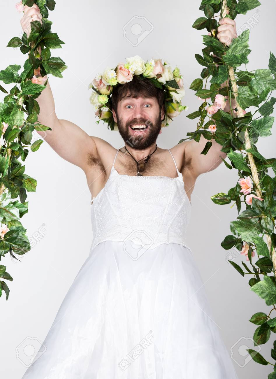 e3e9e7c70 Hombre Barbudo Con El Vestido De Novia De Una Mujer En Su Cuerpo Desnudo
