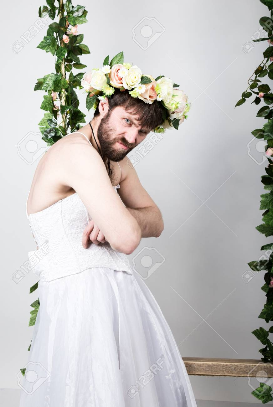 a77a33ba5 Hombre De La Barba En Vestido De Novia De La Mujer Sobre Su Cuerpo Desnudo