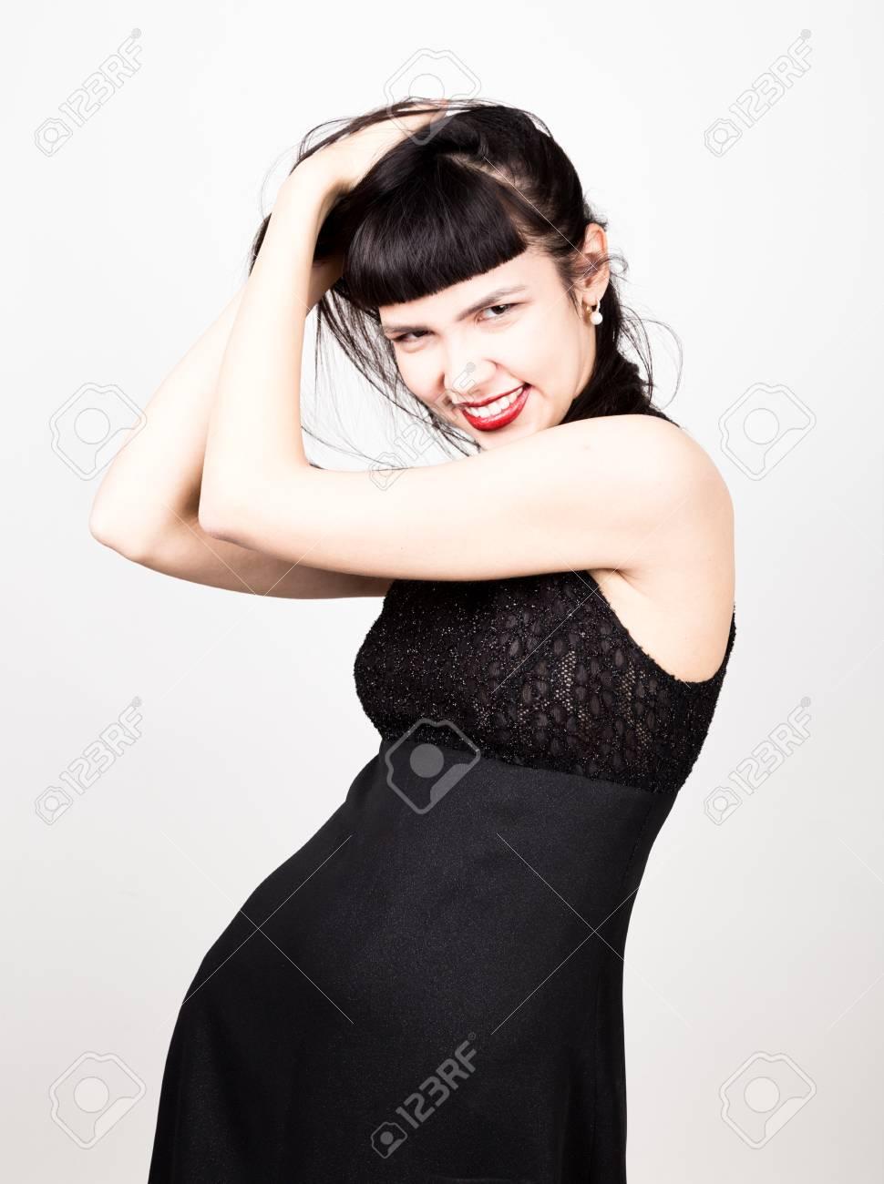 Hermosa Mujer Joven En Un Corto Vestido Negro Y Medias Negras