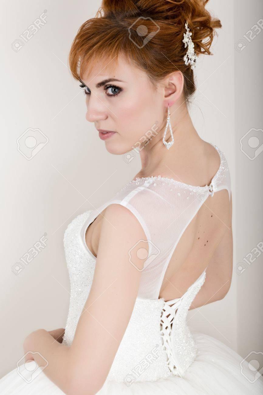 Une Professionnel Et Jeune Rousse Robe Mariée Belle Maquillage Portant De Avec Coiffure Blanche n0k8wPOX
