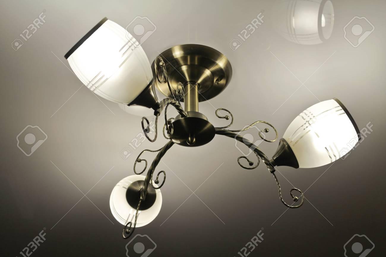 Schöne Bronze Kronleuchter Mit Drei Farben Weiß Satiniertem Glas  Standard Bild   41058375