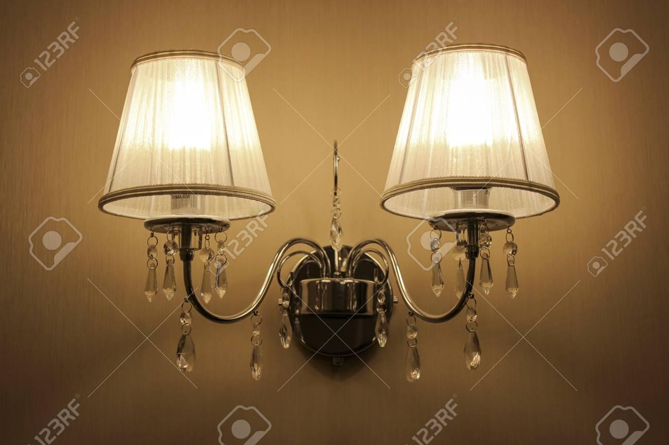 Appliques murales avec deux lumières dans un style classique