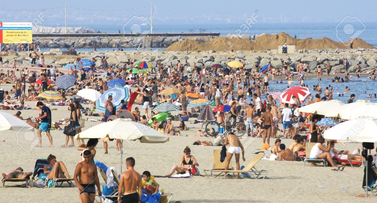 Multitude in a beach of Barcelona Stock Photo - 16838291