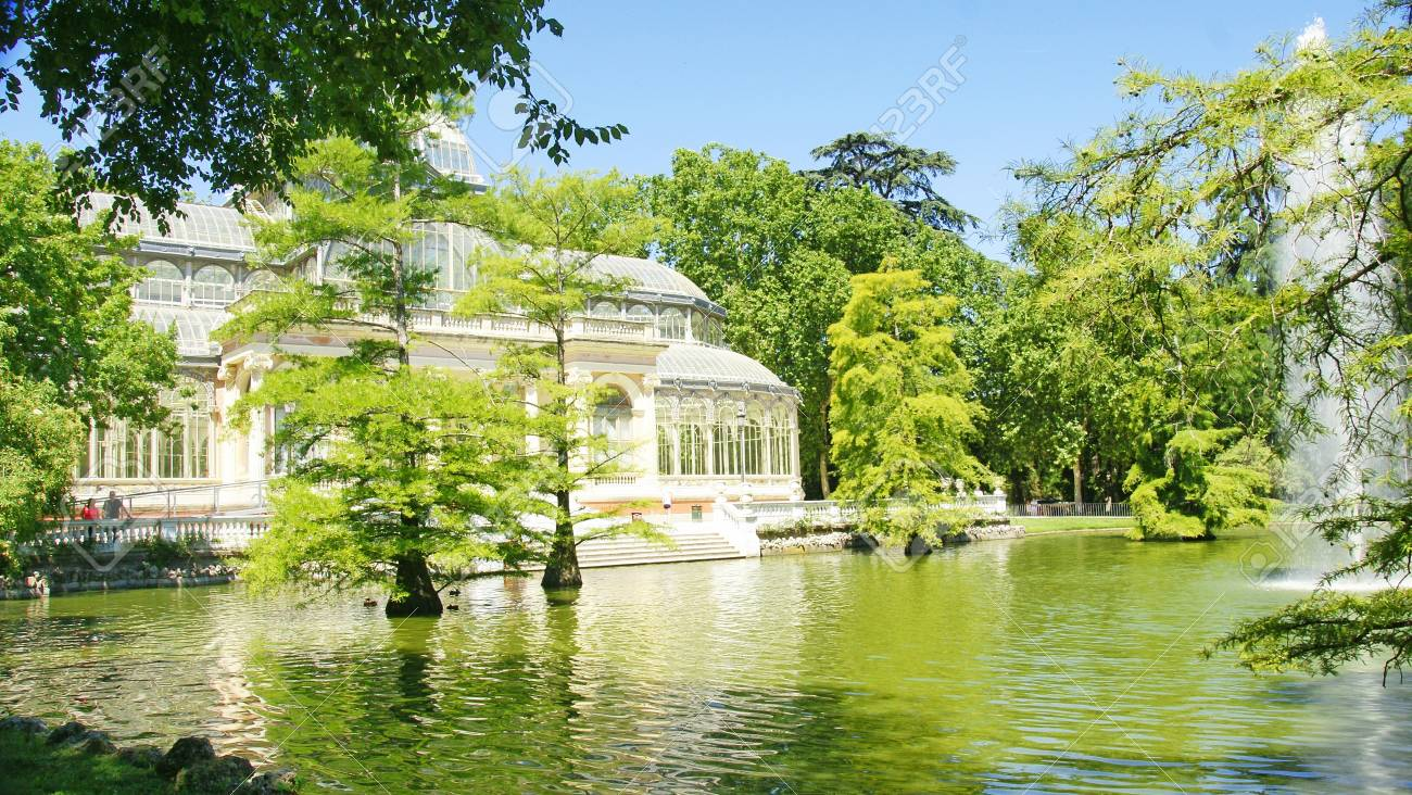 Pond next to the Crystal Palace in El Retiro in Madrid Stock Photo -  21674364