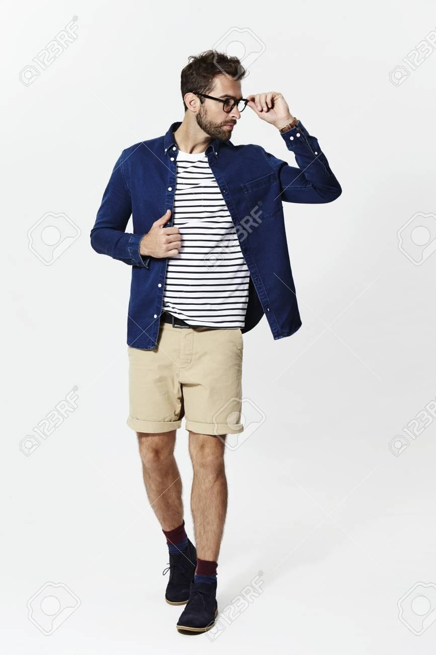Presentación Del Hombre Vestido De Manera Informal Mirando Lejos