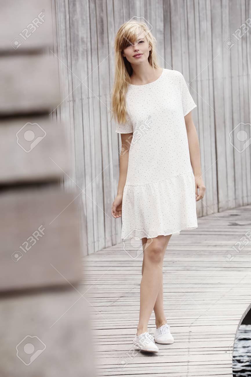 9de2ef0ee Foto de archivo - Mujeres hermosas en el vestido blanco