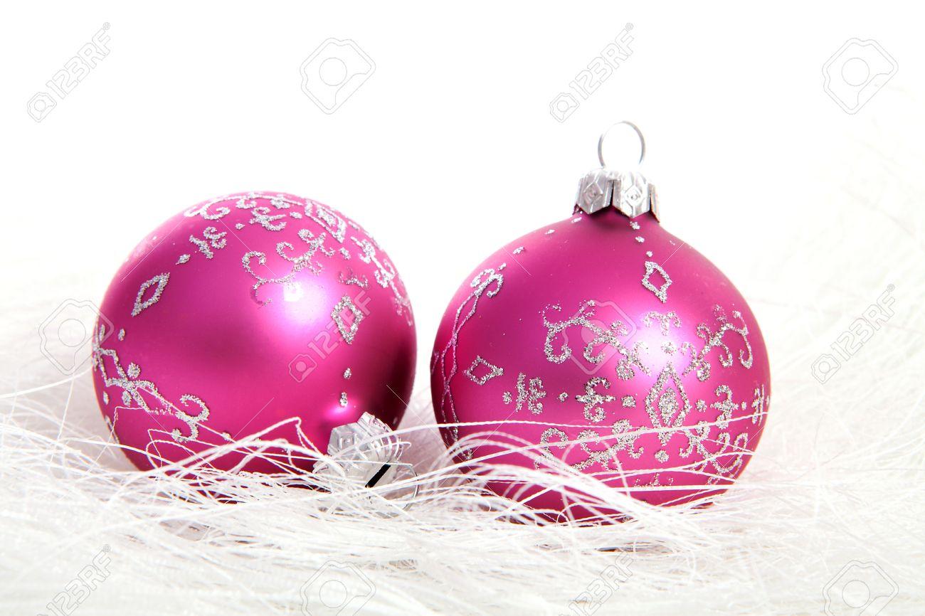 dos bolas de navidad de color rosa con brillos de plata sobre fondo blanco foto de