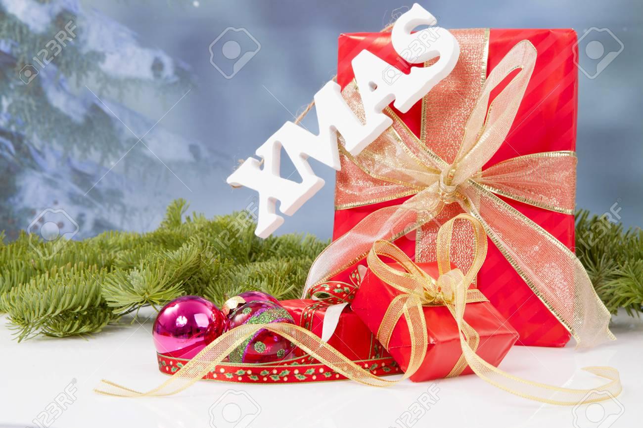 Das Wort Weihnachten Hängen über Rote Weihnachtsgeschenke ...