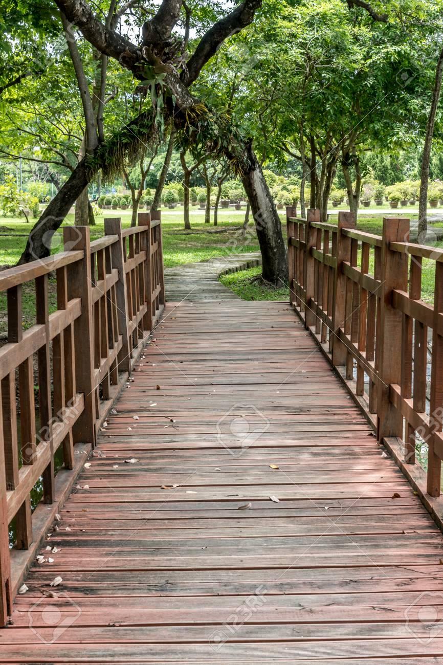 Pathway Und Holzbrücke Im Garten Lizenzfreie Fotos Bilder Und Stock