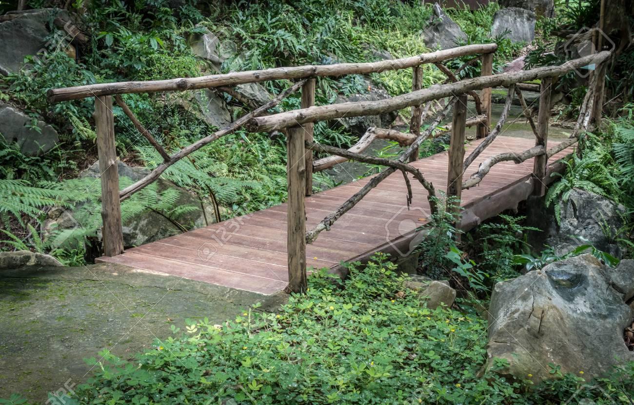 Kleine Holzbrücke Im Garten Lizenzfreie Fotos Bilder Und Stock