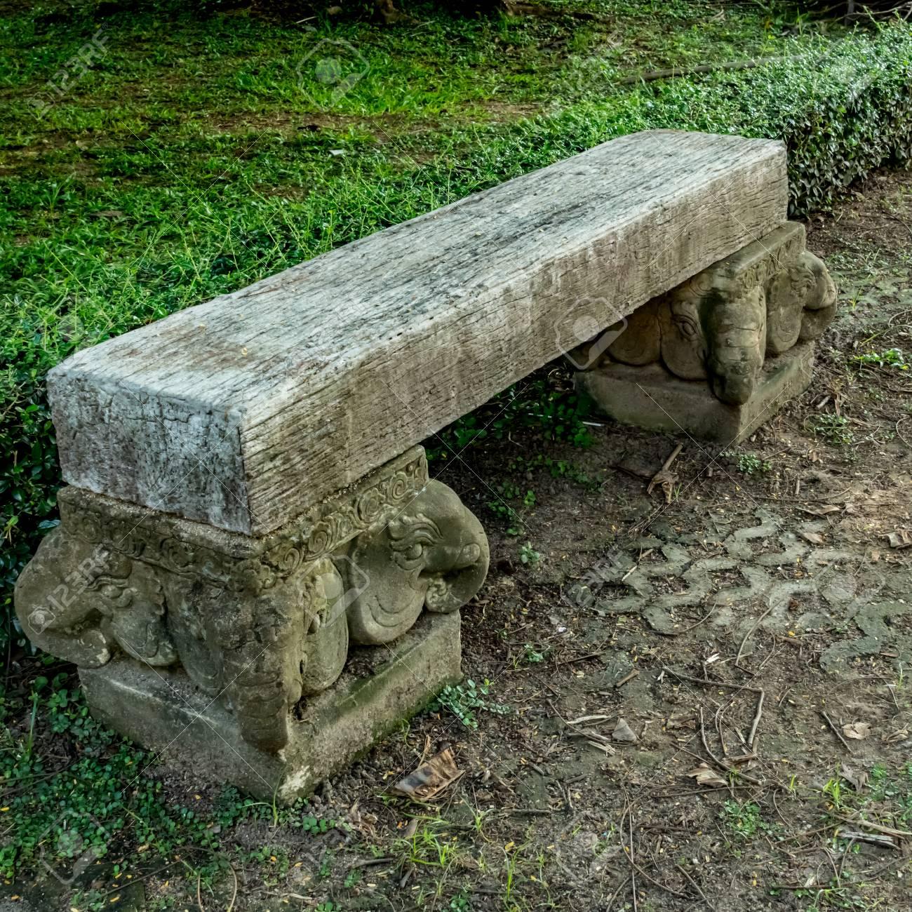 banc de parc bois old sur bloc de béton dans le parc banque d'images