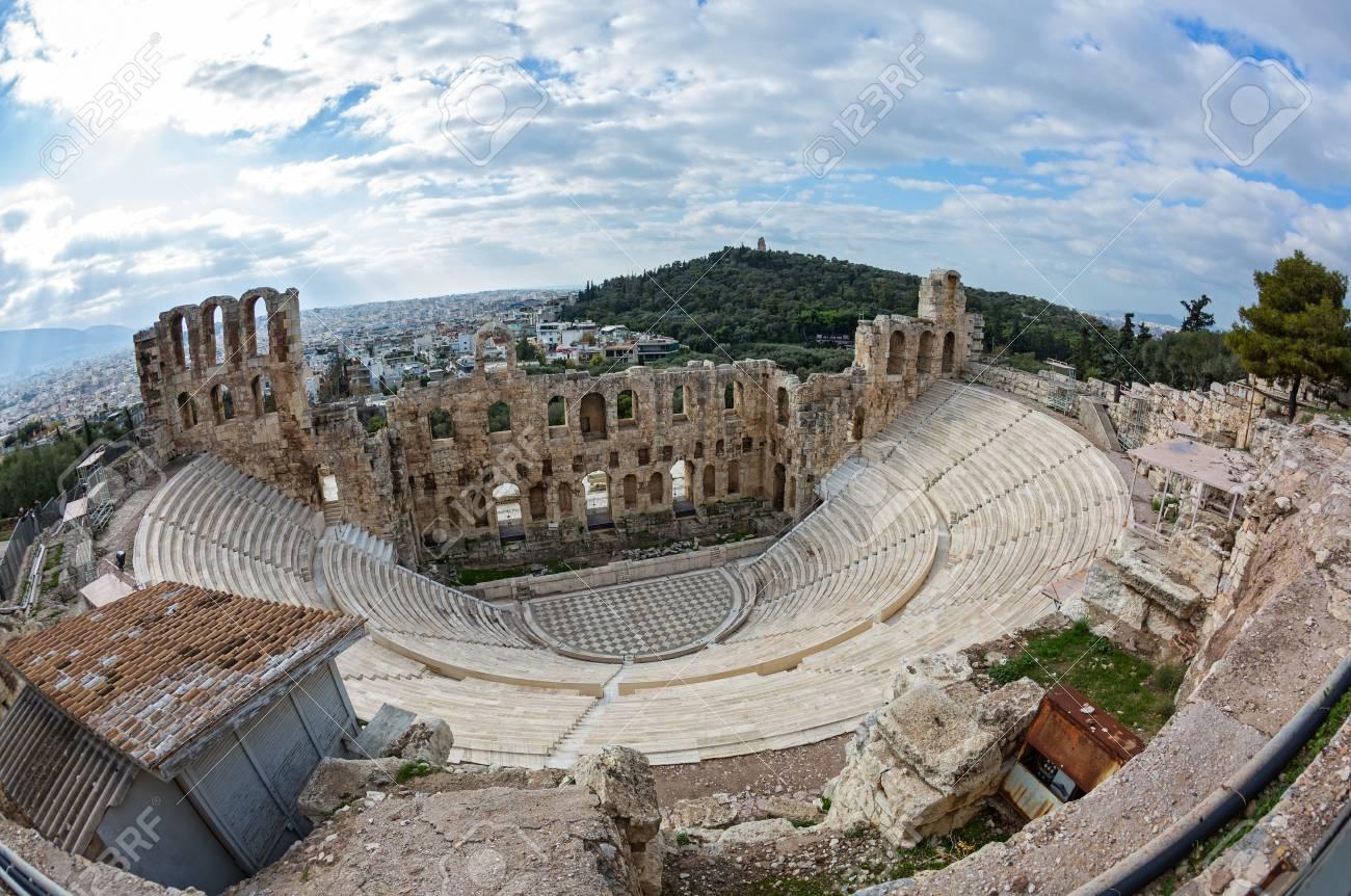 Foto de archivo - Teatro romano el Odeón, al pie de la roca sagrada de la  Acrópolis en Atenas