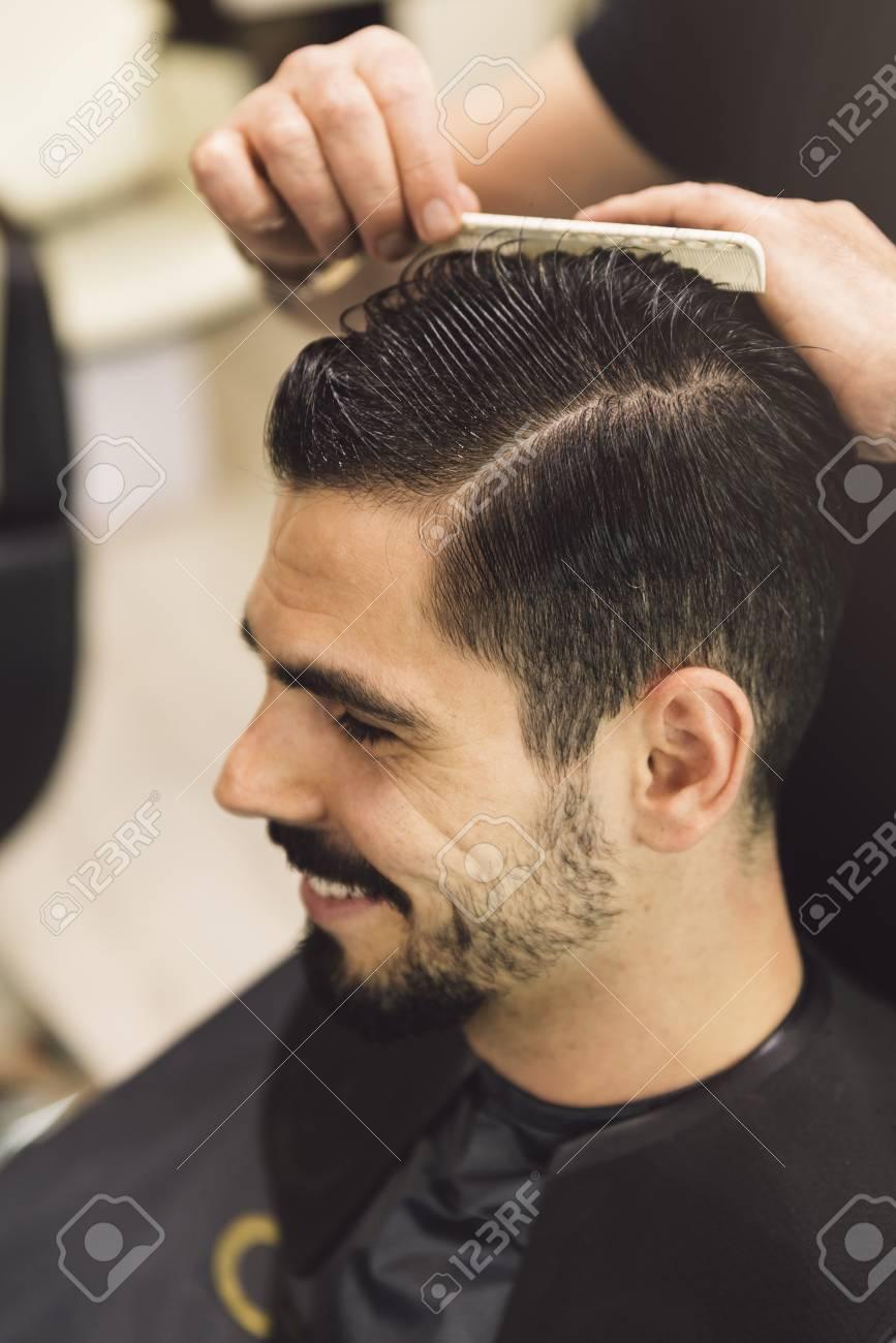 Coupes de cheveux des hommes dans le salon