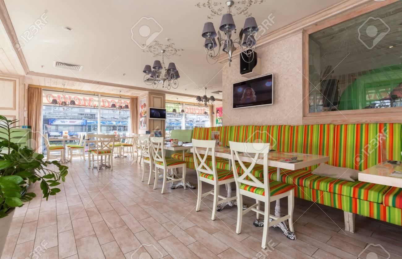 Moskau - Juli 2014: Interior Ist Ein Stilvolles Restaurant Einer ...