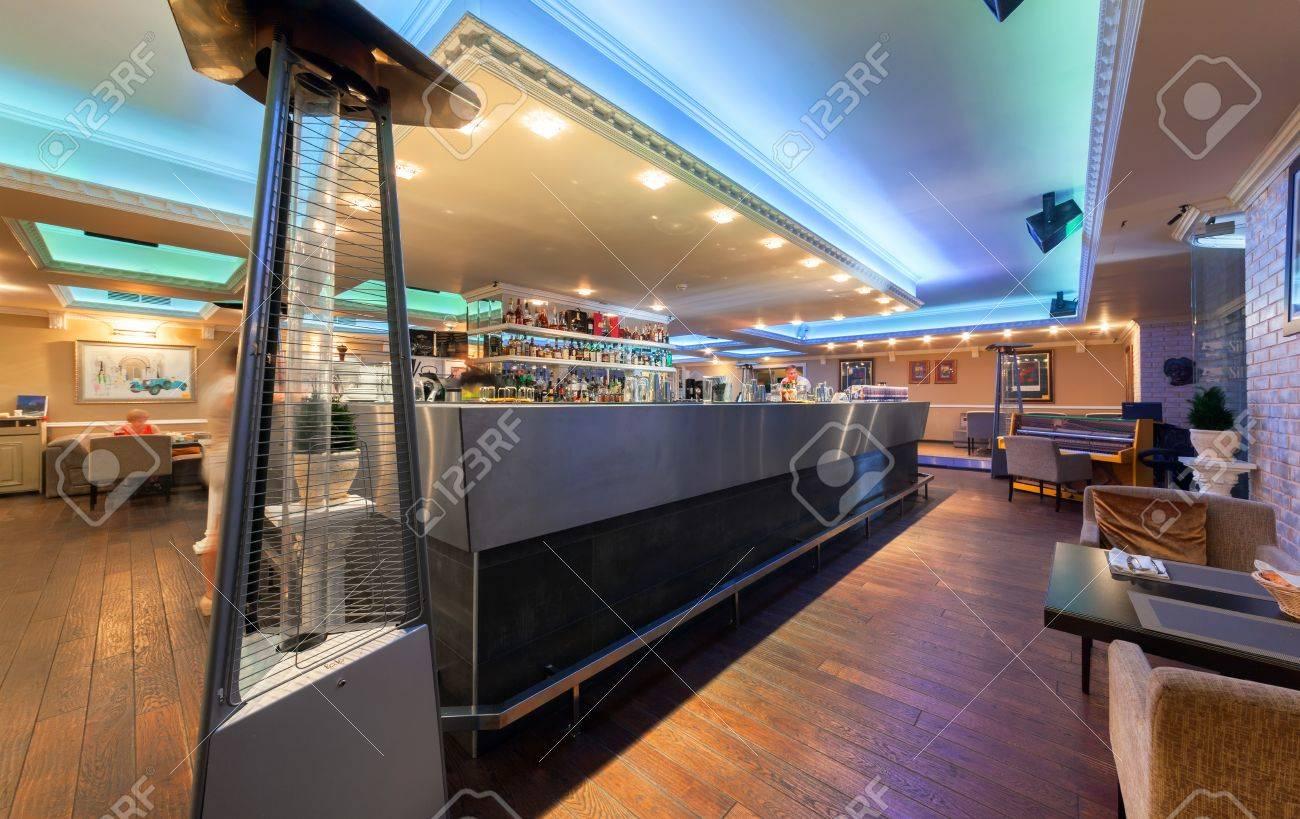 Moscou Juillet 2014 Interieur De Style De Cuisine Mediterraneenne Restaurant Italien Sillycat Salle De Restaurant Avec Un Bar Garni De Metal