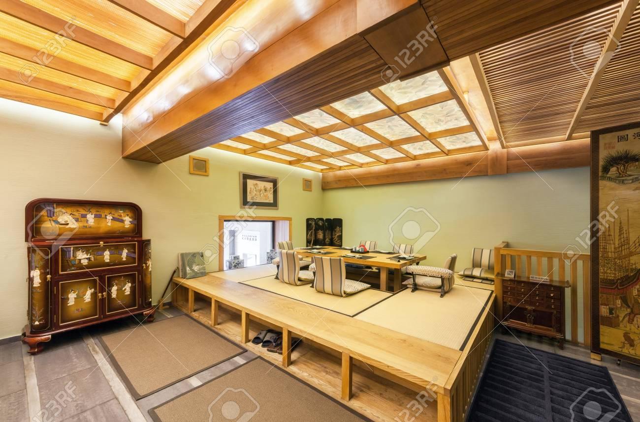 """Table À Manger Japonaise moscou - août 2014: intérieur du restaurant japonais """"seiji"""" dans le style  traditionnel. la salle vip est décorée dans un minimalisme japonais"""