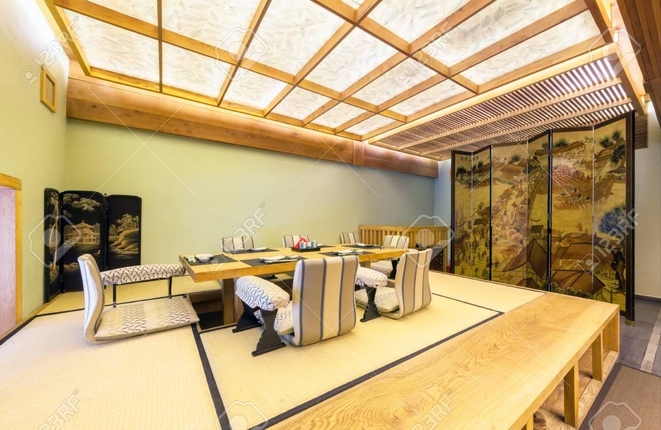 Moscou Aout 2014 Interieur Du Restaurant Japonais Seiji Dans Le Style Traditionnel Vip Room Est Decoree Dans Le Minimalisme Japonais Classique