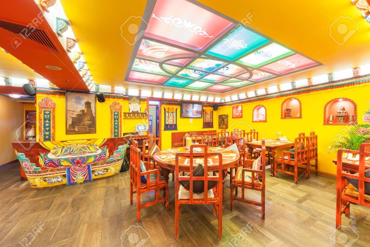 MOSCA - AGOSTO 2014: L\'interno del ristorante cucina indiana e tibetana ed  è decorato in stile etnico. La sala ristorante con mobili in legno e colore  ...