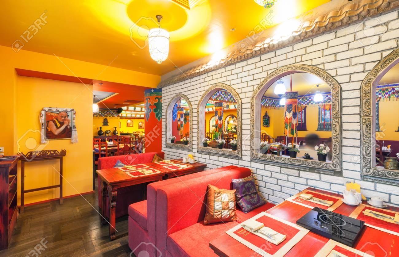 MOSCA - AGOSTO 2014: L\'interno del ristorante cucina indiana e tibetana ed  è decorato in stile etnico
