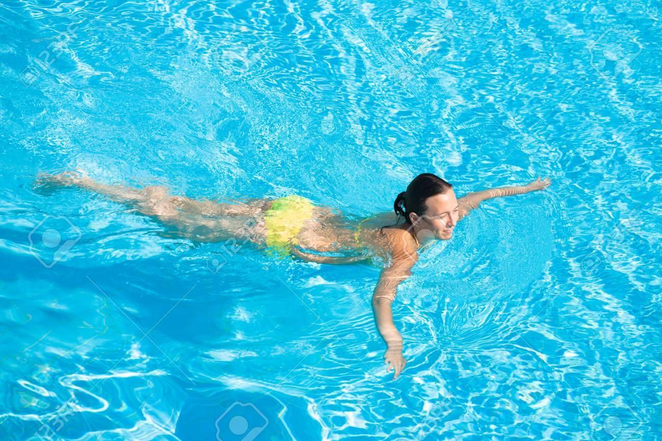 6bff15836747 Foto de archivo - Jóvenes hermosas caucasian mujer en bikini en la piscina  de natación