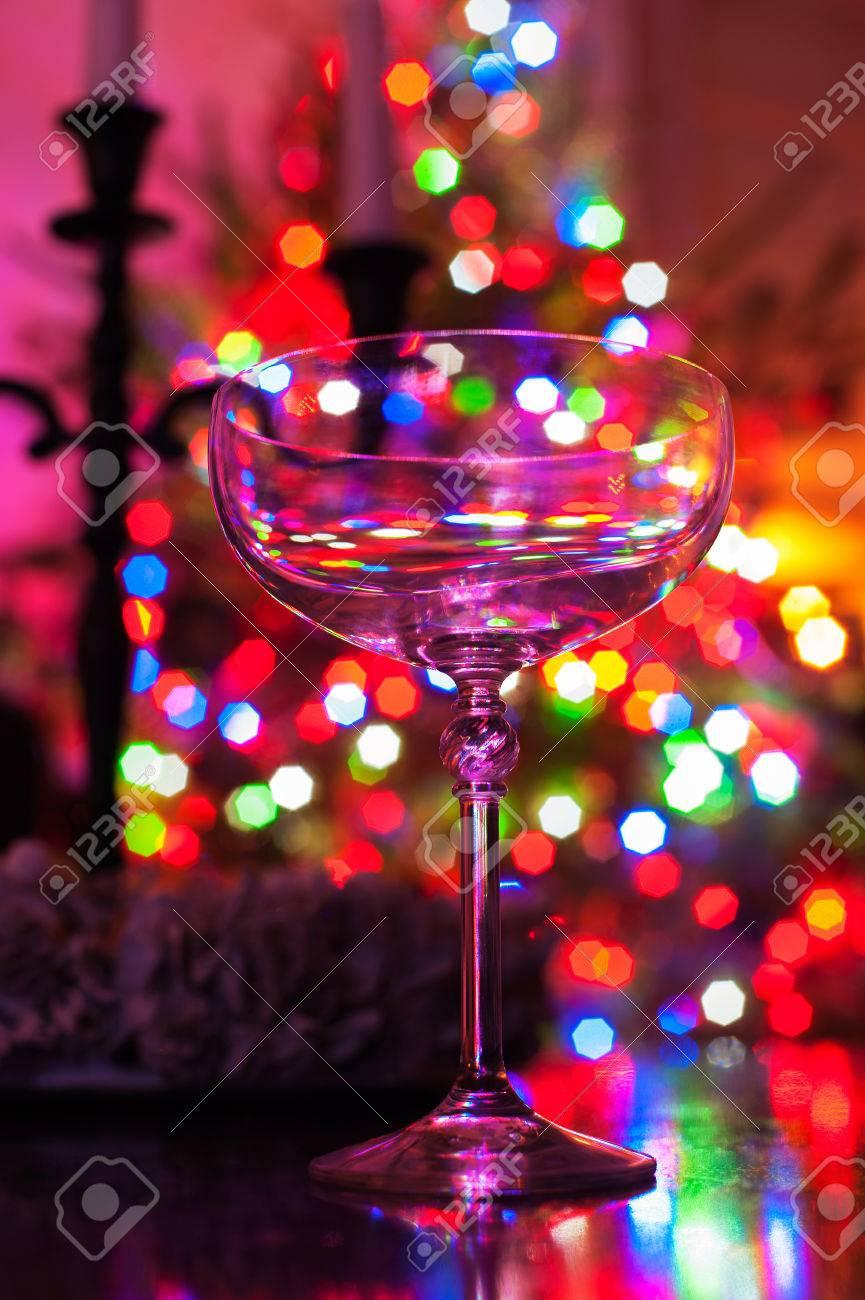 Spazio Rocc52, - Pagina 11 52413903-preparazione-alla-festa-bicchiere-di-champagne-vuoto-su-defocused-illuminato-albero-di-natale-sfondo