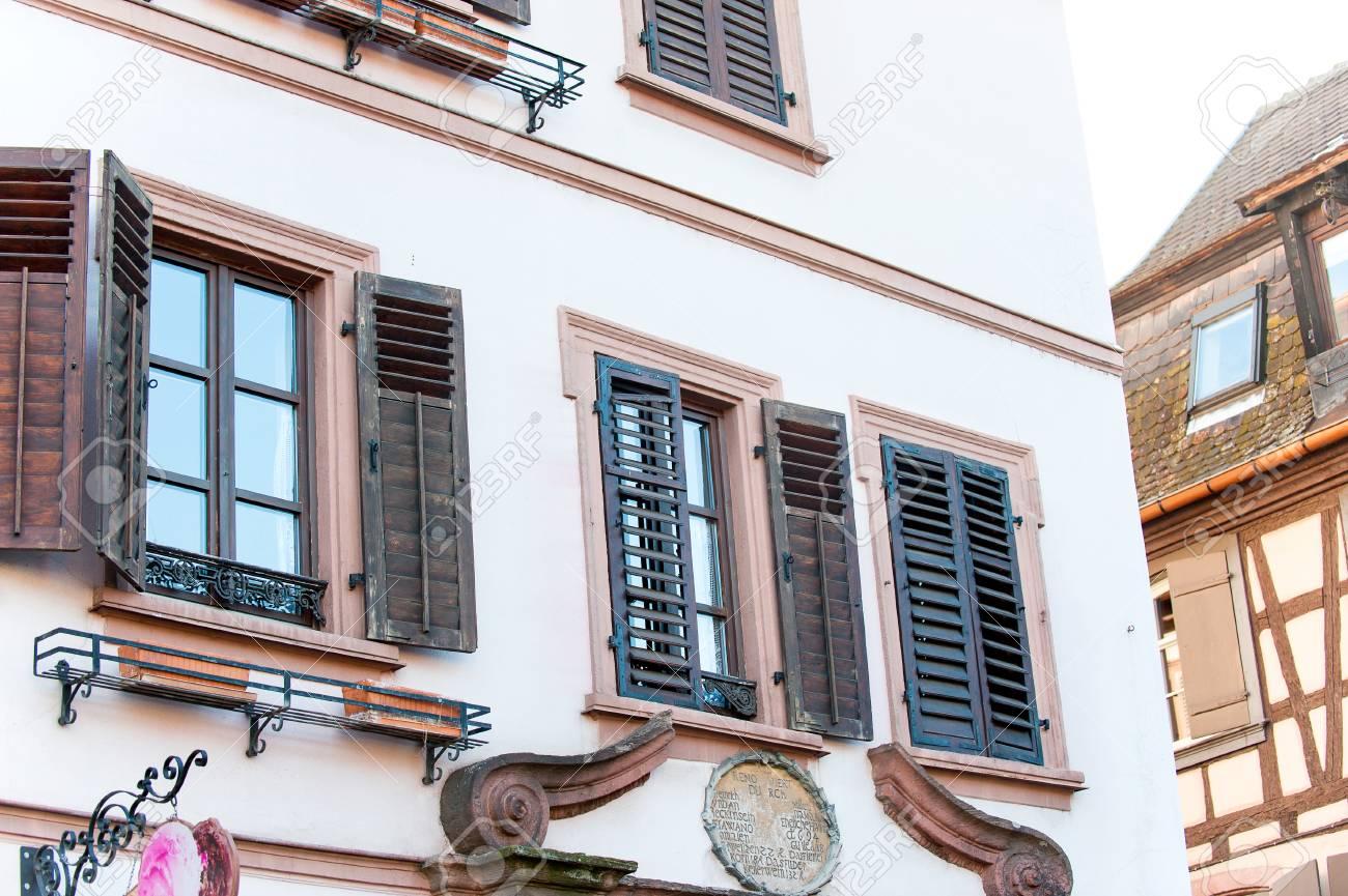 Een deel van typisch frans provençaalse stijl oud stenen huis met