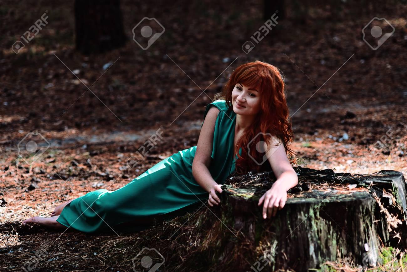 https://previews.123rf.com/images/sapunovaphoto/sapunovaphoto1702/sapunovaphoto170200055/71745899-rothaarige-m%C3%A4dchen-im-wald-fantasie-konzept.jpg