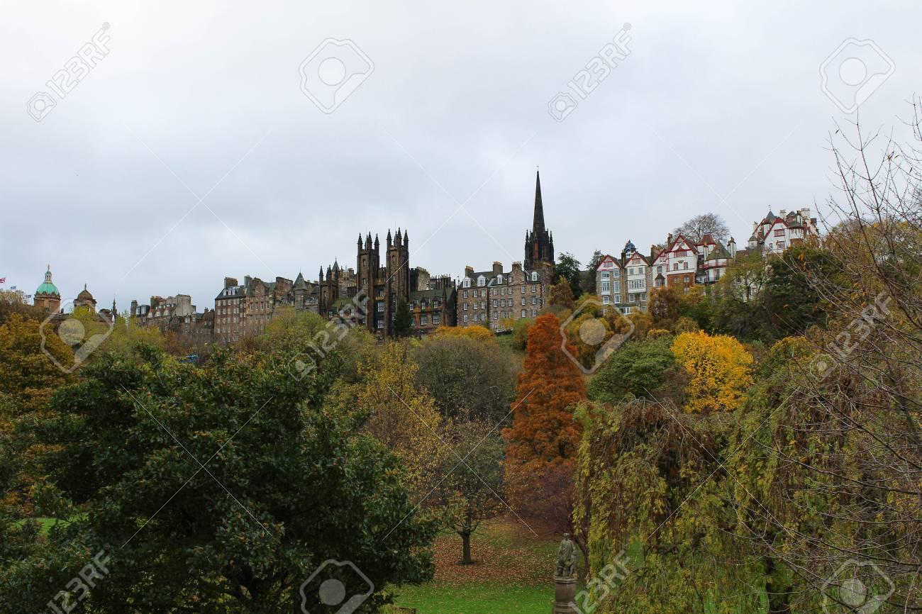 Hermosa Vista De La Ciudad Vieja De Edimburgo Princes Street Garden ...