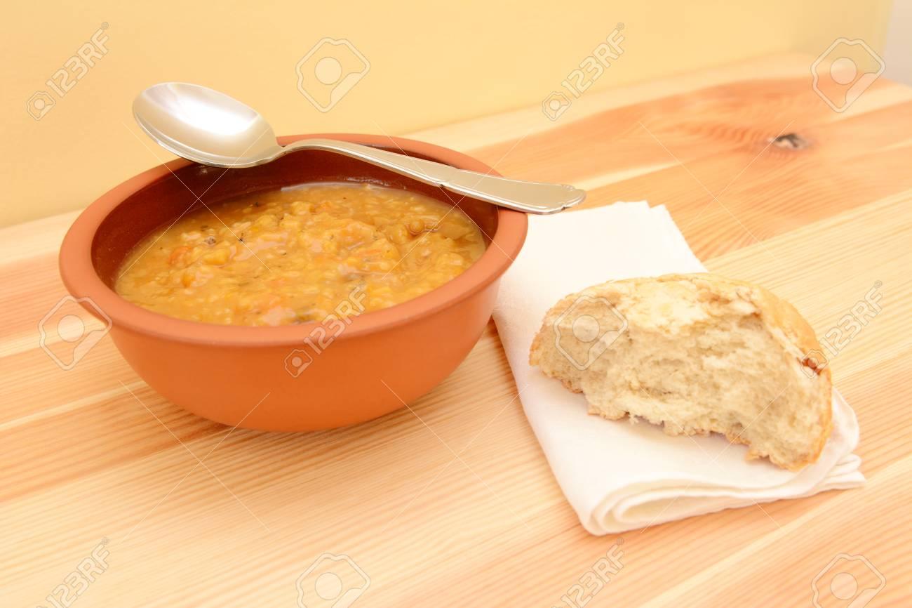 Löffel Ruht Auf Einem Teller Suppe, Mit Einem Halben Brötchen Auf ...