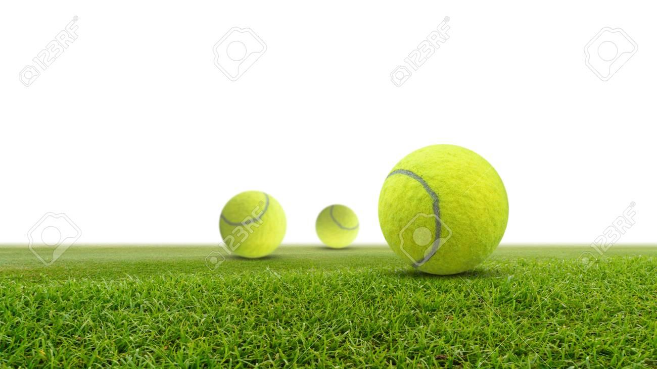 b654dedff62b2 Balle de tennis unique sur l & # 39 ; herbe verte isolé sur fond blanc