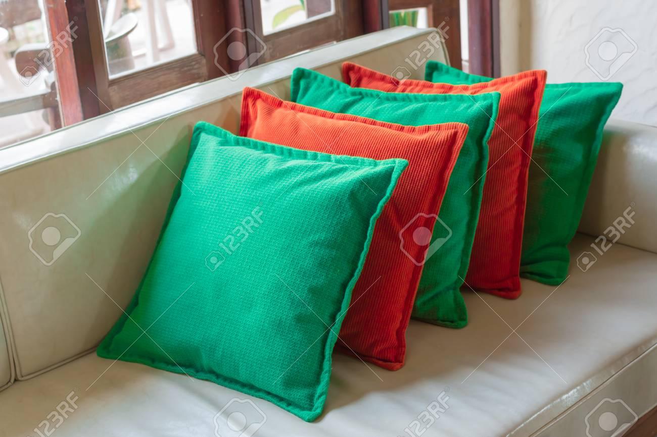 Divano Pelle Arancione : Cuscini decorativi arancione e verde su divano in pelle bianca